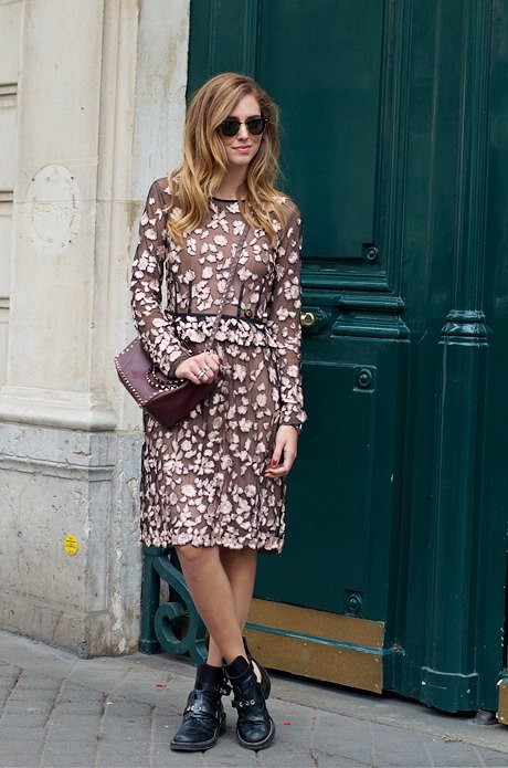 Вновь наша любимая комбинация: платье в цветочек и грубые ботинки. Изображение № 25.