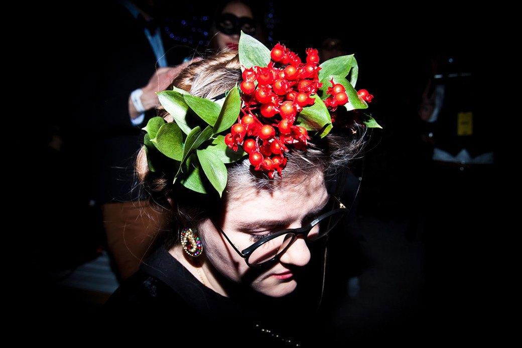 Маски из перьев  и цветы в волосах  на вечеринке «Martini карнавал». Изображение № 24.