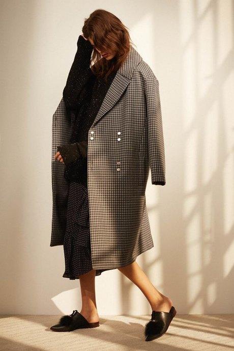 С чем носить объёмное пальто: 10 модных образов. Изображение № 12.