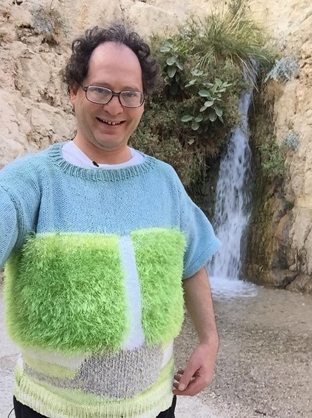 Мужчина вяжет свитера для путешествий и фотографируется в них. Изображение № 3.