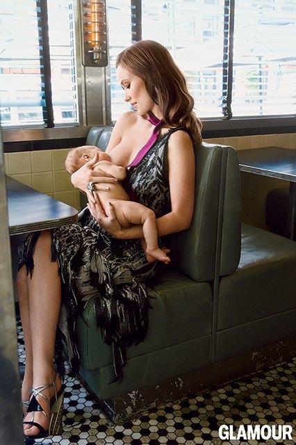 В фотосессии Glamour Оливия Уайлд кормит ребенка грудью. Изображение № 1.