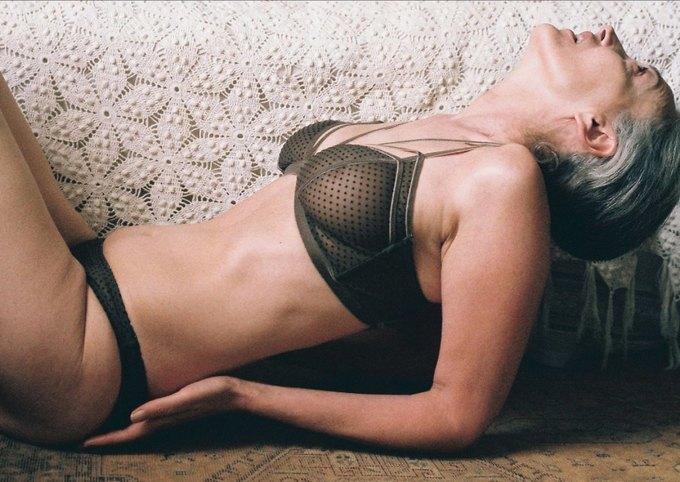 В новой рекламе белья Lonely снялась 57-летняя модель. Изображение № 1.
