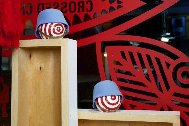 Витрину «КМ 20» украсила инсталляция Walter Van Beirendonck «Нет расизму» . Изображение № 5.