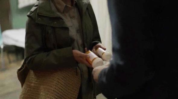 Эпизод 4. Лекарства Кейну теперь достает Эмма — от предыдущего поставщика пришлось избавиться с помощью загадочного седовласого мужчины. Изображение № 36.