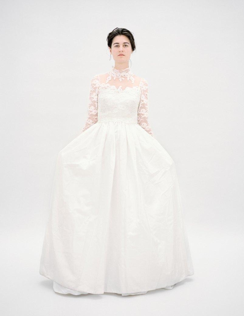 «The Line»: Девушки  в свадебных платьях  своих матерей. Изображение № 11.
