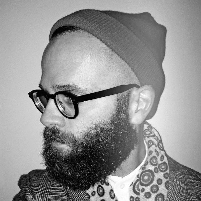 Независимый итальянский журналист Анджело Флаккавенто стал одним из самых узнаваемых мужчин в стритстайл-блогах благодаря очкам, бороде и безупречному, но ироничному костюму. Изображение № 5.