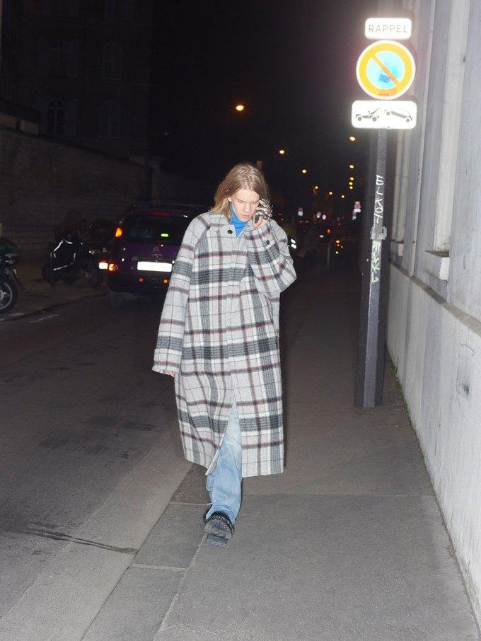 В новом лукбуке Balenciaga снялись обычные парижане. Изображение № 38.