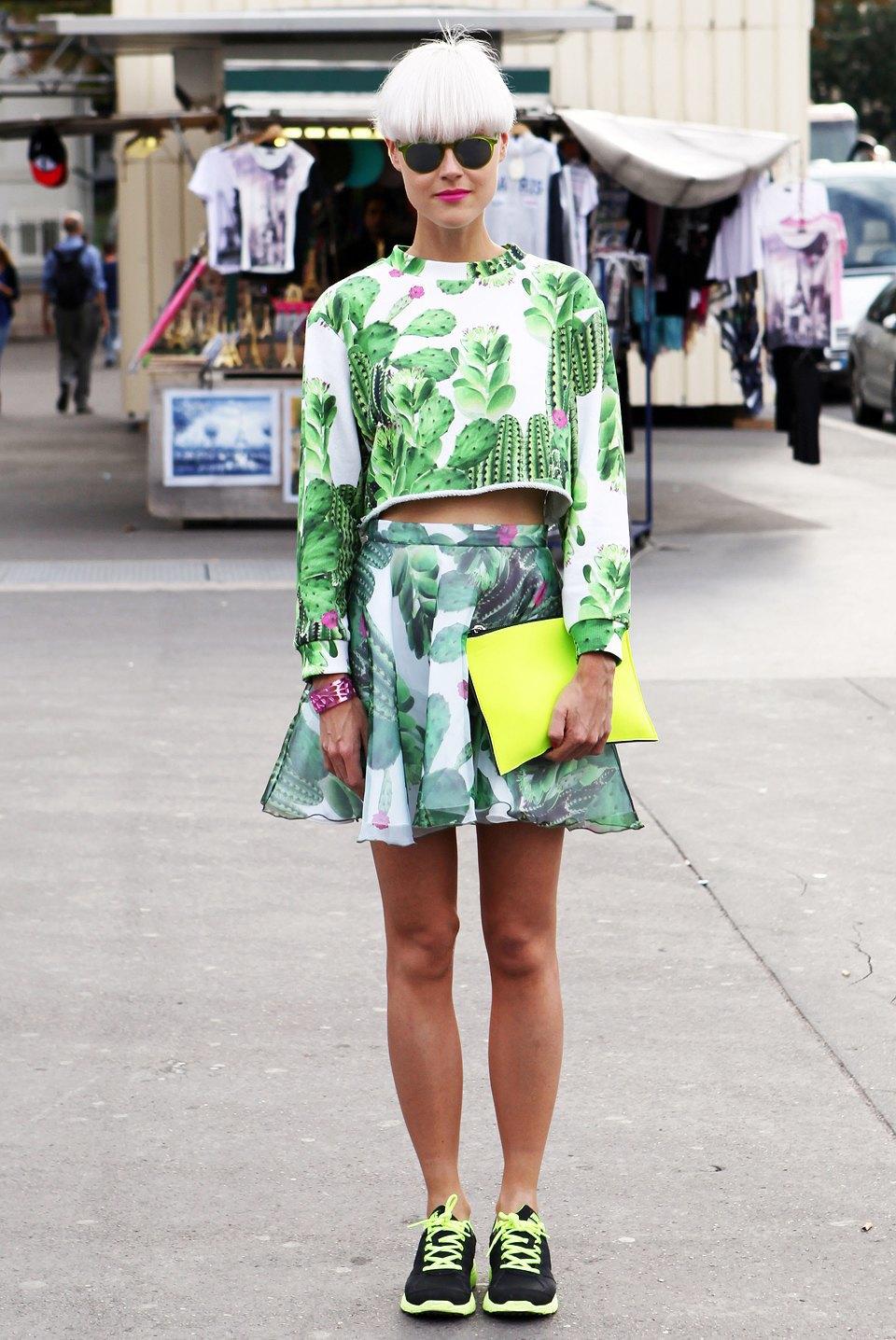 Топ и юбка с кактусами, металлизированный браслет и неоновые кроссовки — по отдельности звучит избито, но вместе выглядит свежо. Изображение № 21.