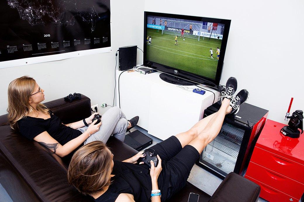 Футболистки клуба «GirlPower» играют в FIFA 16. Изображение № 8.