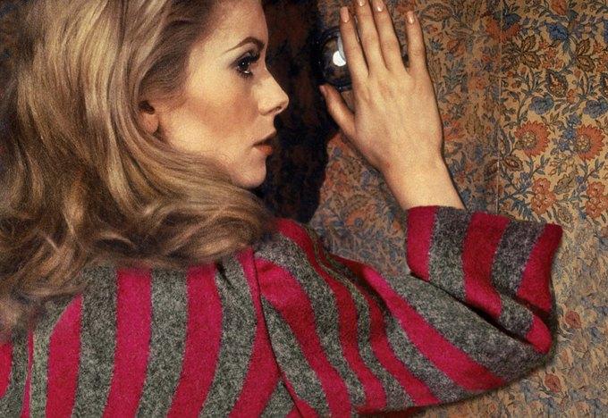 Катрин Денев в «Дневной красавице». На ней пальто Dries Van Noten. Изображение № 4.