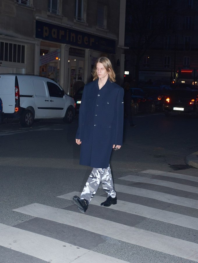 В новом лукбуке Balenciaga снялись обычные парижане. Изображение № 11.
