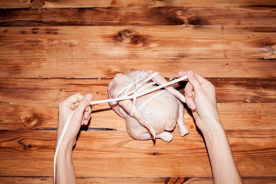 Связанные с одной целью: 3 способа связать  и зажарить птицу. Изображение № 23.
