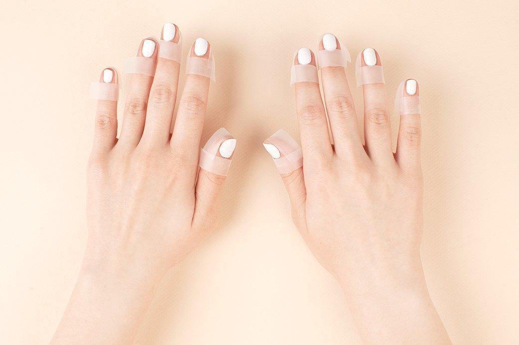 Чтобы кожу вокруг ногтя было легче отмыть, лучше заклеить ее канцелярским скотчем. На ногти перед этим нужно нанести один слой белого лака и хорошо его высушить.. Изображение № 1.