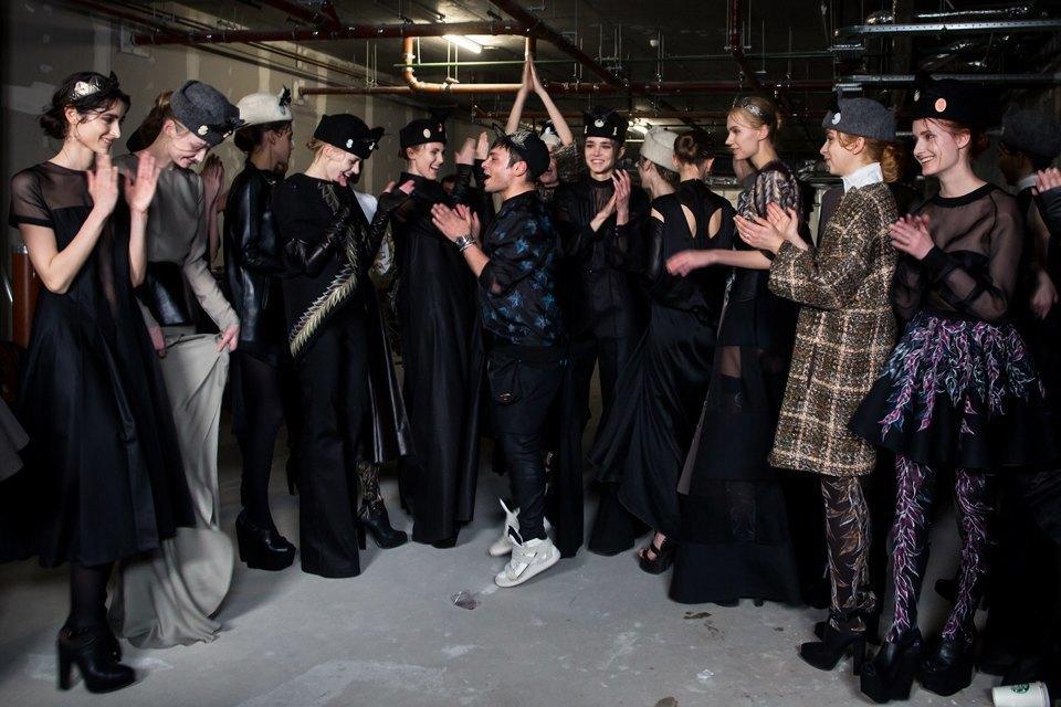 Репортаж: Шляпы с камеями  и прозрачные платья  на показе Alexander Arutyunov. Изображение № 22.