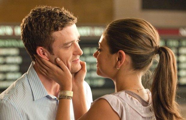 «Секс по дружбе», 2011  Джастин Тимберлейк и Мила Кунис объясняют на пальцах, как спать по любви и без. Изображение № 7.