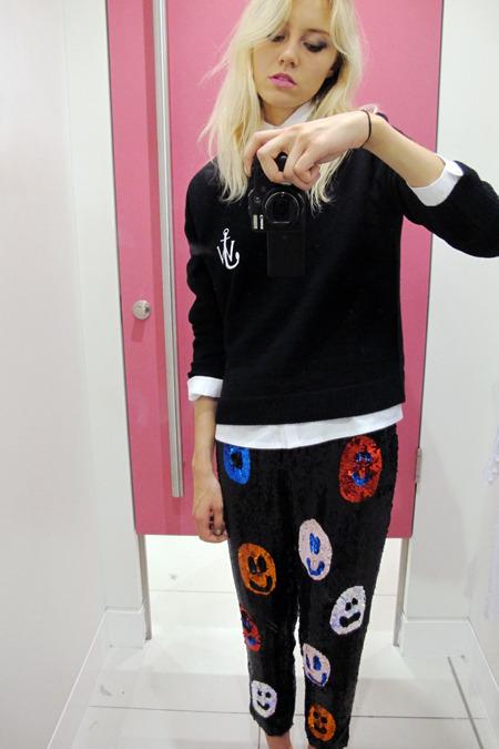 Пуловер с логотипом J.W. Anderson я надела с брюками с веселыми рожицами из коллаборации с Louise Gray - они появились в магазине чуть ранее.. Изображение № 3.