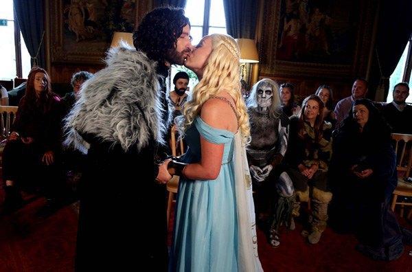 Британская пара поженилась в стиле «Игры престолов». Изображение № 4.
