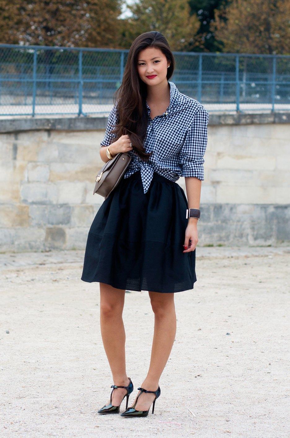 Пеони Лим настолько красивая, что ей можно было не выряжаться, чтобы попасть в блоги об уличной моде. Здесь она сыграла на контрастах: надела мужскую рубаху с женственной юбкой. Изображение № 1.