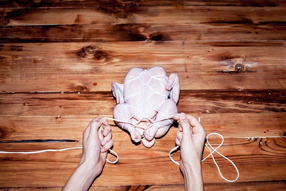 Связанные с одной целью: 3 способа связать  и зажарить птицу. Изображение № 8.