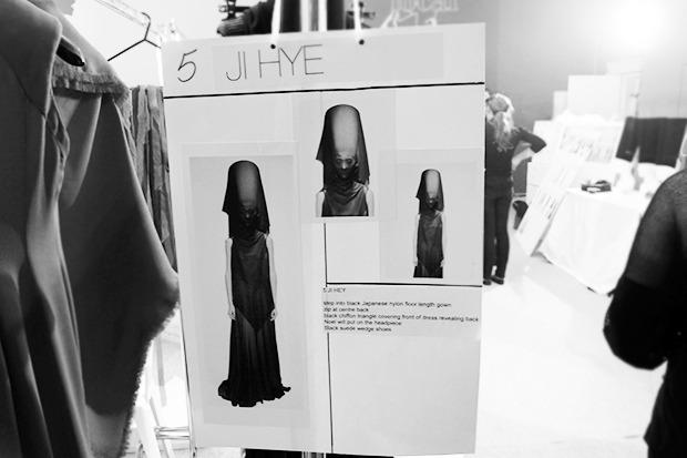 Бэкстейдж Gareth Pugh: Алые платья и «заплаканные» модели. Изображение № 29.
