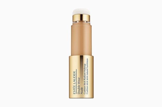Estée Lauder Double Wear Nude Cushion Stick Radiant Makeup. Тонкое покрытие, удобный форм-фактор и очень влажный, но не жирный финиш, с которым легко добиться пресловутой «dewy skin».. Изображение № 13.