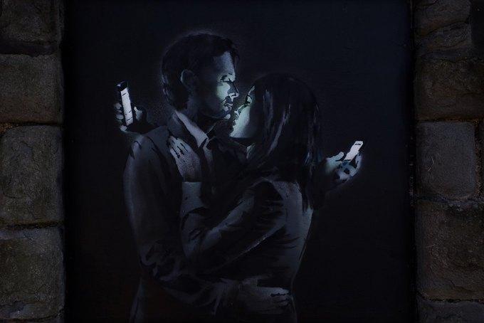 Новое граффити Бэнкси —о любви в эпоху смартфонов. Изображение № 1.