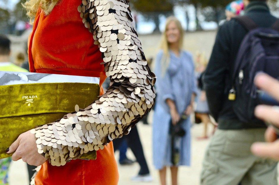 Девушка в бюстье на рубашку, японец в еще одном мохнатом свитере и другие гости PFW. Изображение № 5.