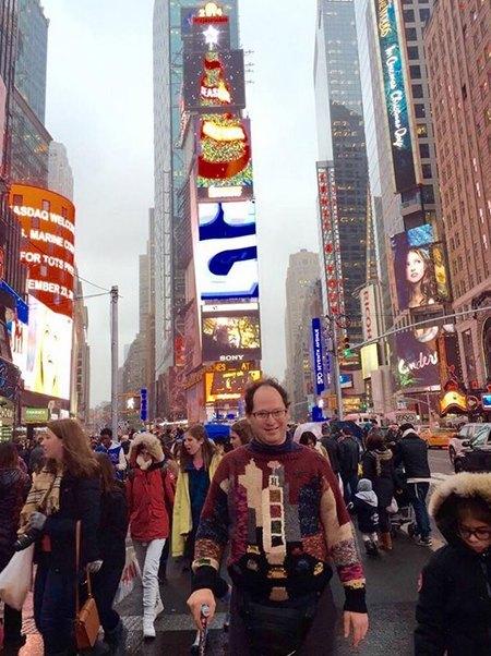 Мужчина вяжет свитера для путешествий и фотографируется в них. Изображение № 4.