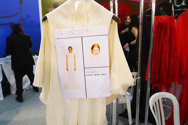 Бэкстейдж Gareth Pugh: Алые платья и «заплаканные» модели. Изображение № 12.