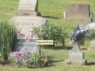 Юбилей Уорхола отмечают веб-трансляцией с его могилы. Изображение № 1.