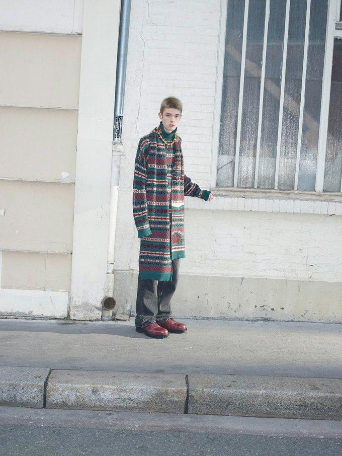 В новом лукбуке Balenciaga снялись обычные парижане. Изображение № 25.