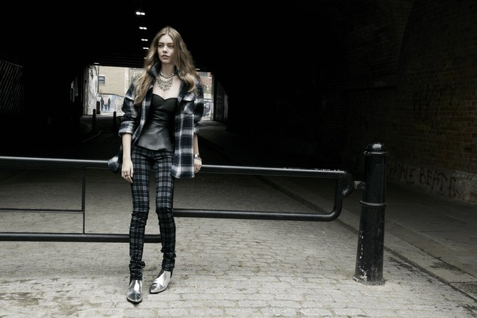 Модели на улицах Лондона в новой кампании Zara. Изображение № 21.