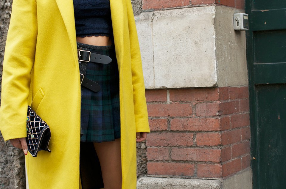 Красивое пальто канареечного цвета — редкость, а с укороченными топами и мини-юбками их носят еще реже. Изображение № 24.