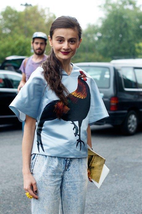 Возможно, надевая этот топ с принтом, Наталья Алавердян иронизирует над феноменом уличной моды?. Изображение № 16.