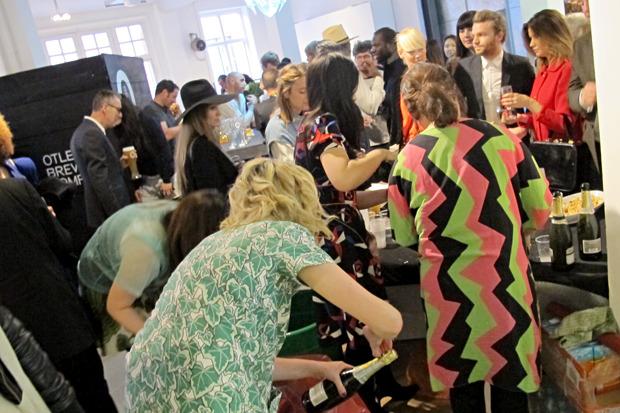 Милый девушки угощают гостей выпивкой в холле. Изображение № 35.