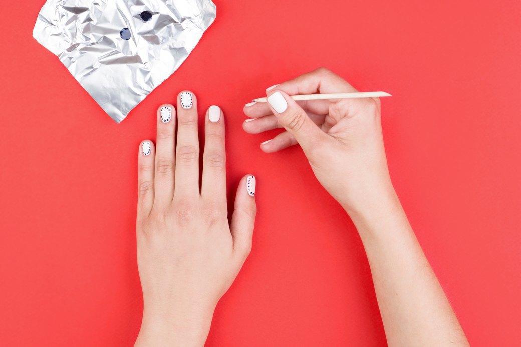 Чтобы лак в пузырьке не сох зря, лучше капнуть нужное его количество на фольгу. Проставлять точки можно или тонкой кисточкой, или неплоским концом апельсиновой палочки для маникюра. . Изображение № 3.