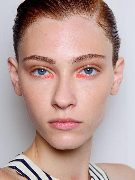Стрелки, пирсинг, блестки: Самые модные макияжи года. Изображение № 7.