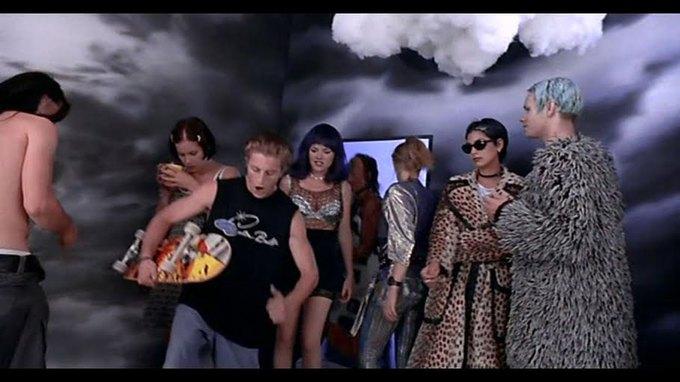 Что можно узнать  о стиле 90-х из фильма Грегга Араки «Нигде». Изображение № 46.