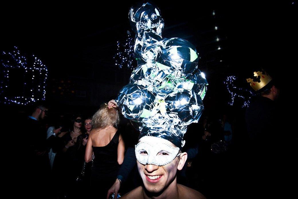 Маски из перьев  и цветы в волосах  на вечеринке «Martini карнавал». Изображение № 29.