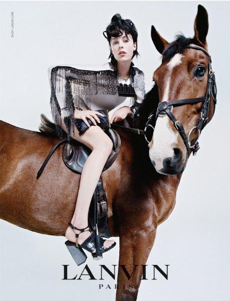 В кампании Lanvin снялись Эди Кэмпбелл, ее семья и любимая лошадь. Изображение № 2.