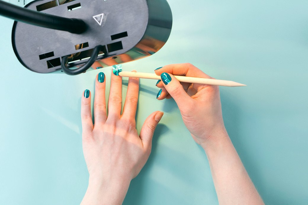 Поднести наклейку к лампе, подождать пару секунд, пока она обмякнет от тепла, и приклеить к ногтю. Изображение № 3.