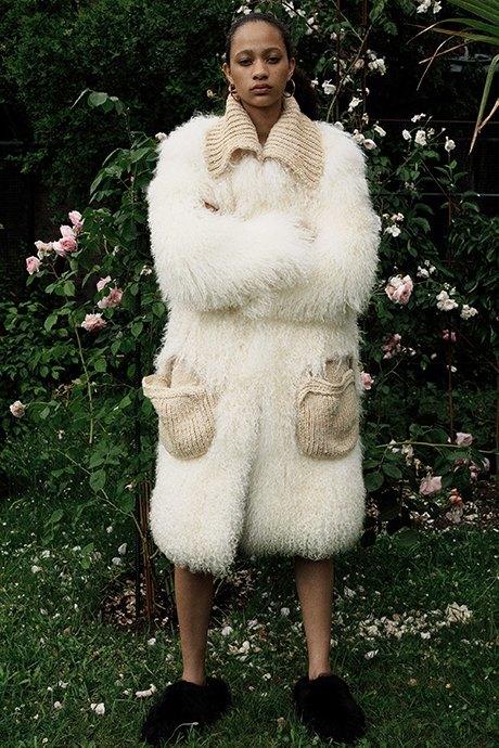 Новый лукбук Céline: Меховая обувь и идеальные костюмы. Изображение № 2.