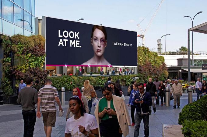 Социальная реклама учит не игнорировать жертв насилия. Изображение № 1.