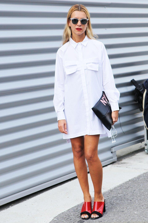Натали Джус доказывает, что белое платье-рубашка — все, что нужно носить с активными туфлями из пластика. Изображение № 14.