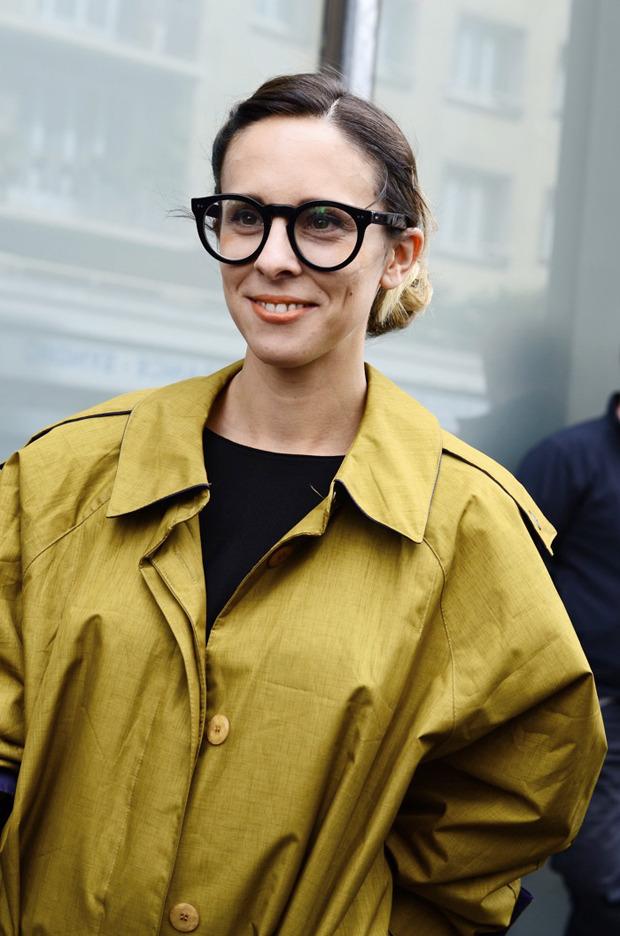 Десяток модников под зонтом, японец с двумя шарфами и другие гости Paris Fashion Week. Изображение № 25.