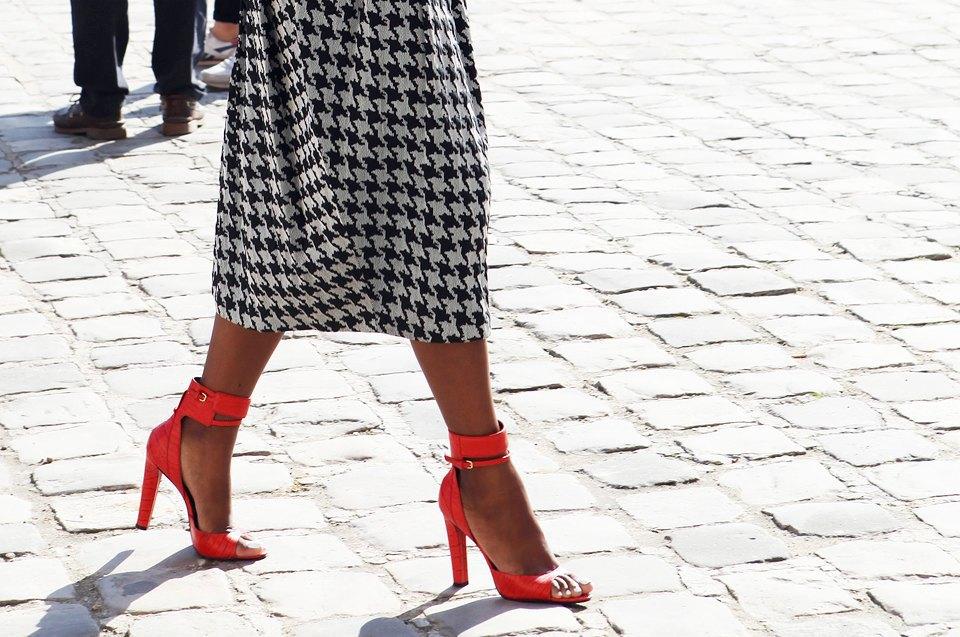 Кимоно, перья и сэтчелы на гостях показов Paris Fashion Week. Изображение № 4.