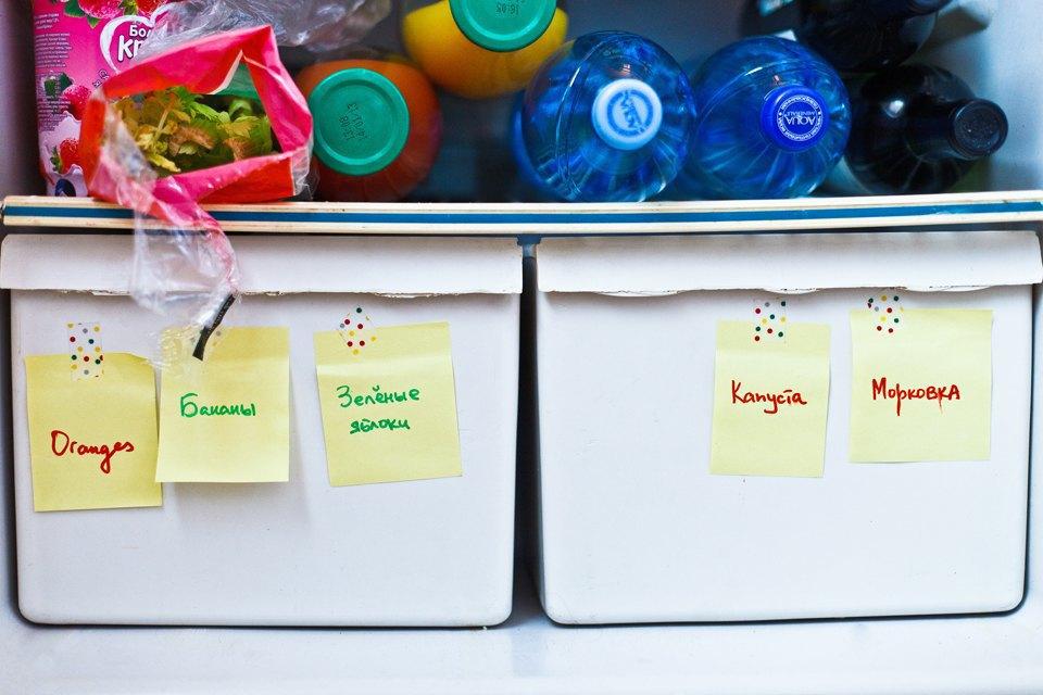 Это недра нашего холодильника, все записки — моей соседки, она их клеит, чтобы помнить, какие продукты купила.. Изображение № 13.