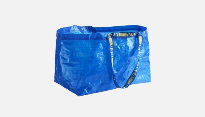 Balenciaga выпустили реплику синей сумки IKEA за 2000 долларов. Изображение № 2.
