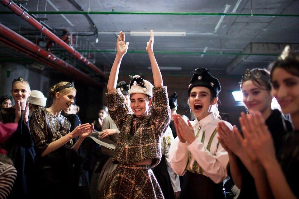 Репортаж: Шляпы с камеями  и прозрачные платья  на показе Alexander Arutyunov. Изображение № 21.