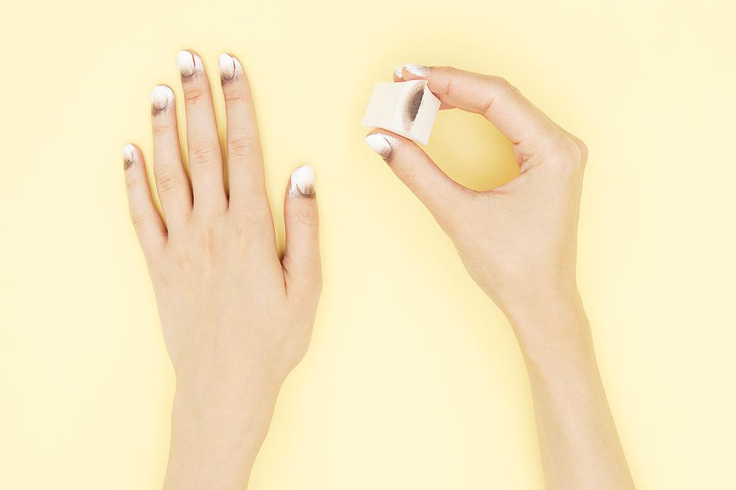 Дальше как обычно: на спонж для макияжа нанести три полоски цветного лака и отпечатать на ногтях. Кожу вокруг ногтей будет легко очистить (база OPI сойдет пленкой), только нужно не забыть про верхнее прозрачное покрытие. . Изображение № 3.